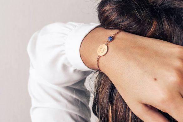 bracelet-chaine-medaille-femme-pierre-bleue-plaque-or